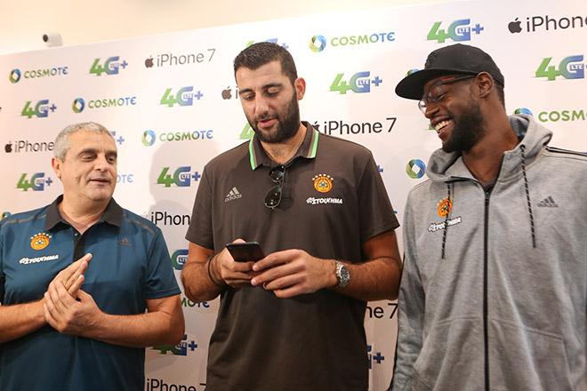 (από αριστερά) Ο προπονητής της ομάδας μπάσκετ του Παναθηναϊκού Αργύρης Πεδουλάκης και οι παίκτες Γιάννης Μπουρούσης και Τζέιμς Γκίστ με το νέο iPhone 7