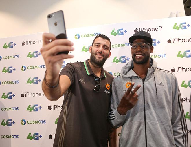 Ο Γιάννης Μπουρούσης και ο Τζέιμς Γκίστ βγάζουν selfie με το iPhone 7 στο κατάστημα της COSMOTE