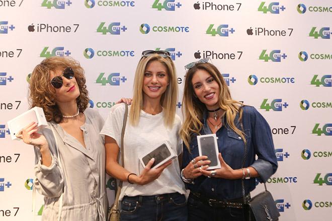 (από αριστερά) Τάμτα, Ευαγγελία Αραβανή και Αθηνά Οικονομάκου με το iPhone 7 στην COSMOTE