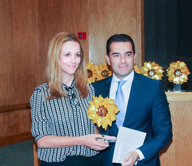 Η κα Σταυρούλα Αγγελοπούλου, Υποδιευθύντρια Εταιρικής Υπευθυνότητας Ομίλου ΟΤΕ, κατά την παραλαβή των διακρίσεων στα Ευρωπαϊκά και Ελληνικά Βραβεία Επιχειρήσεων για το Περιβάλλον.