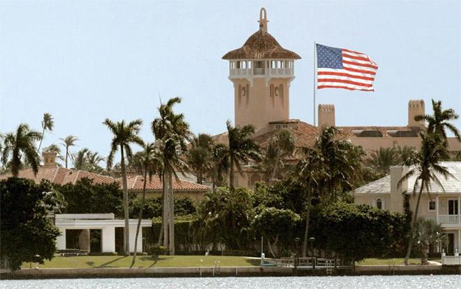 19. Η αμερικανική σημαία κυματίζει στο κλαμπ Τραμπ στο Παλμ Μπιτς