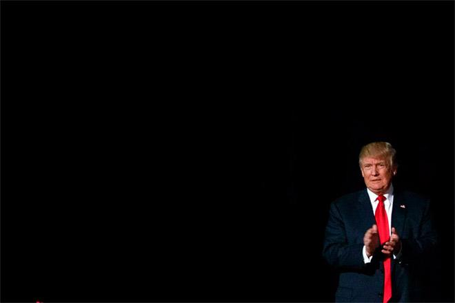 23. Κόκκινη, πάντα, γραβάτα, στην προεκλογική του εκστρατεία τον Οκτώβριο του 2016