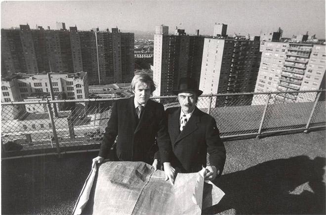 7. Εδώ φωτογραφίζεται με τον πατέρα του, εν έτει 1973, στο Μπρούκλιν