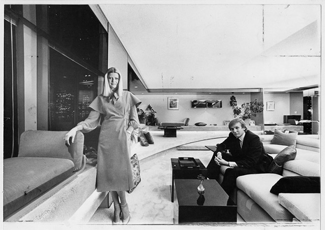 9. Ο Ντόναλντ Τραμπ, με την πρώην σύζυγό του Ιβάνα, στο σαλόνι του διαμερίσματός τους, στο Μανχάταν