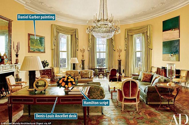 Η εικόνα δόθηκε στη δημοσιότητα από το Architectural Digest και δείχνει το κίτρινο Οβάλ Δωμάτιο στον Λευκό Οίκο. Έργα του Paul Cézanne και του Daniel Garber δεσπόζουν στο χώρο.