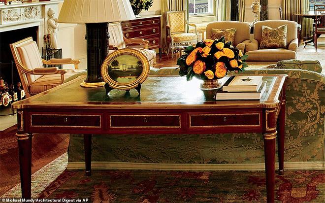 Σε αυτό το γραφείο αντίκα του Denis-Louis Ancellet υπογράφηκαν το 1978 η ειρηνευτική συμφωνία του Καμπ Ντέιβιντ. Στην κορυφή του γραφείου υπάρχει ένα αντίγραφο εξώφυλλο από το σενάριο του Χάμιλτον, του μιούζικαλ που κέρδισε βραβείο Πούλιτζερ.
