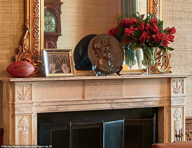 Φρεσκοκομμένα λουλούδια, μπάλα του ράγκπι με το όνομα του Ομπάμα και τεράστιο χάλκινο πιάτο με το πρόσωπο του Αβραάμ Λίνκολν.