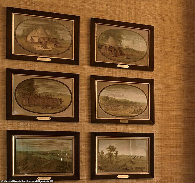 Έργα του George Catlin με σκηνές από την αμερικανική φύση κρέμονται στους τοίχους πάνω από τα αναμνηστικά του Ομπάμα. Ο Catlin γεννήθηκε στη Πενσυλβάνια το 1796 και πέρασε το μεγαλύτερο μέρος της ζωής του ταξιδεύοντας και ζωγραφίζοντας την αμερικανική φύση.