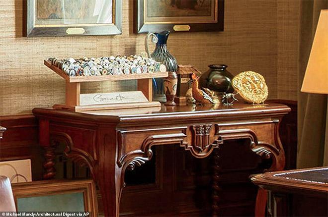 Ο Ομπάμα χρησιμοποιεί συχνά το γραφείο που βρίσκεται στο Δωμάτιο Συνθήκης το οποίο βρίσκεται στον Λευκό Οίκο από το 1869.