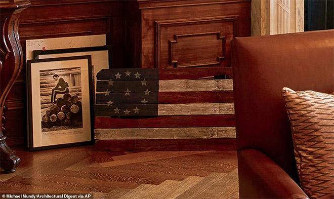 Φωτογραφία του Μοχάμεντ Αλι τραβηγμένη από τον Neil Leifer καθώς και μια ξύλινη αμερικανική σημαία που εκπροσωπεί τις πρώτες 13 αποικίες.