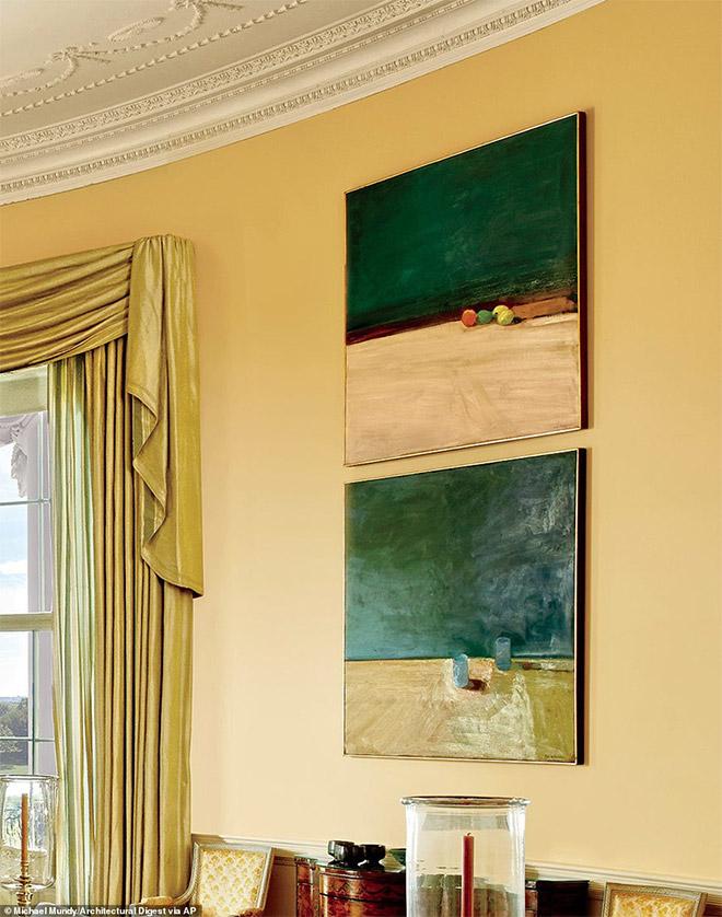 Μοντέρνοι πίνακες ζωγραφικής κοσμούν το οβάλ γραφείο. Επάνω πίνακας με δύο λεμόνια, ένα λάιμ και ένα ροδάκινο. Κάτω πίνακας με δύο ποτήρια.