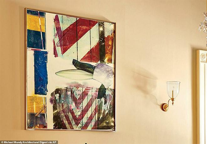 Έργο του pop-art ζωγράφου Robert Rauschenberg κρέμεται στην τραπεζαρία. Αυτό είναι το τέταρτο κομμάτι σύγχρονης τέχνης που υπάρχει στη συλλογή του Λευκού Οίκου. Ο Rauschenberg γεννήθηκε στο Τέξας το 1925 και είναι ένας από τους αρχικούς ζωγράφους της pop art. Απεβίωσε το 2008.