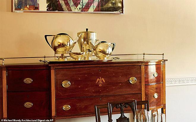 Το σερβίτσιο τσαγιού από την παγκόσμια έκθεση του 1939 βρίσκονται επίσης στην Παλιά Οικογενειακή Τραπεζαρία.