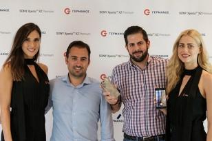 (από αριστερά) Ο Χριστόφορος Μποζατζίδης, Υποδιευθυντής Channel Marketing Κινητής & Αγορών Ομίλου ΟΤΕ, και ο Στέλιος Χαραλαμπάκης, Διευθυντής Πωλήσεων και Marketing South East Mediterranean της Sony Mobile Communications, με τα κορίτσια της ΓΕΡΜΑΝΟΣ
