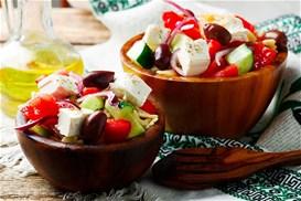 Choriatiki-salata-me-zymarika_min