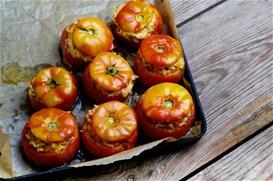 Ντομάτες γεμιστές με καστανό ρύζι και αρνίσιο κιμά 8fc27419526