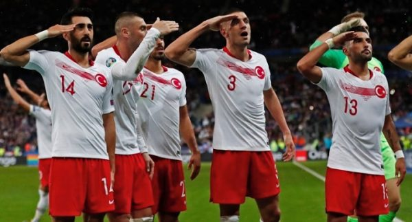 UEFA: Ξεκινάει πειθαρχική έρευνα για τους στρατιωτικούς χαιρετισμούς των Τούρκων