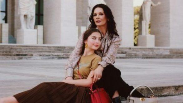 Η Κάθριν Ζέτα Τζόουνς και η κόρη της Κάρι Ντάγκλας στην καμπάνια ιταλικού οίκου