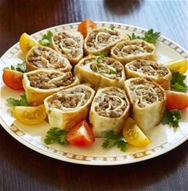 Μπουρεκάκια με κιμά και σάλτσα γιαουρτιού