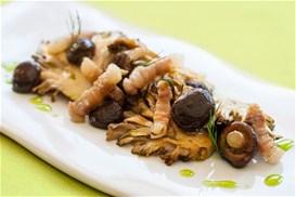 Μαριναρισμένα μανιτάρια με κρέμα βαλσάμικου και μυρωδικά
