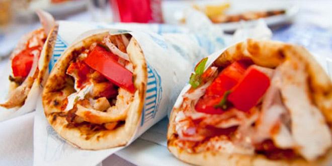 Ακόμη και σουβλάκι και πίτσα «κόβουν» οι Έλληνες