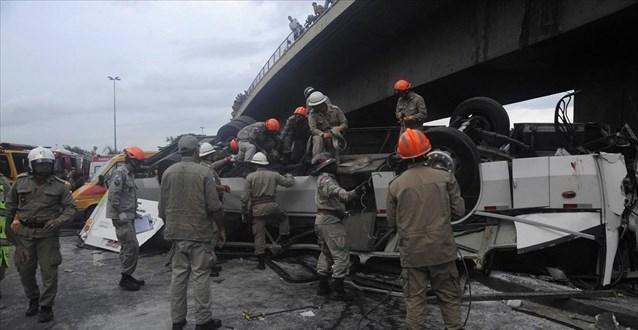 Επτά νεκροί μετά την πτώση λεωφορείου από γέφυρα