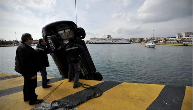 «Βουτιά» αυτοκινήτου στη θάλασσα - νεκρός ο οδηγός