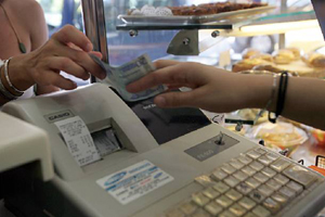 Επιφυλακτική η ΓΣΕΒΕΕ για τη μείωση του ΦΠΑ
