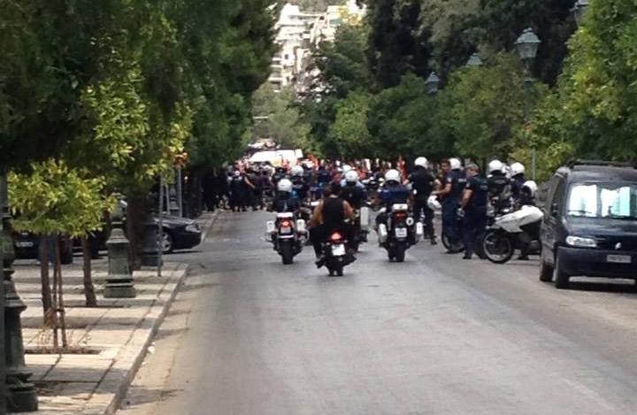 Δημοτικοί υπάλληλοι έφτασαν έξω από το Μαξίμου
