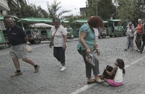 Οργή για τη ρατσιστική κλωτσιά στο κοριτσάκι με το ακορντεόν