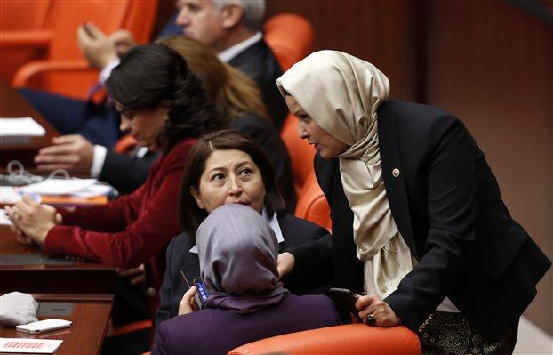 Τουρκία: Επιτράπηκε στις βουλευτίνες να φορούν παντελόνι