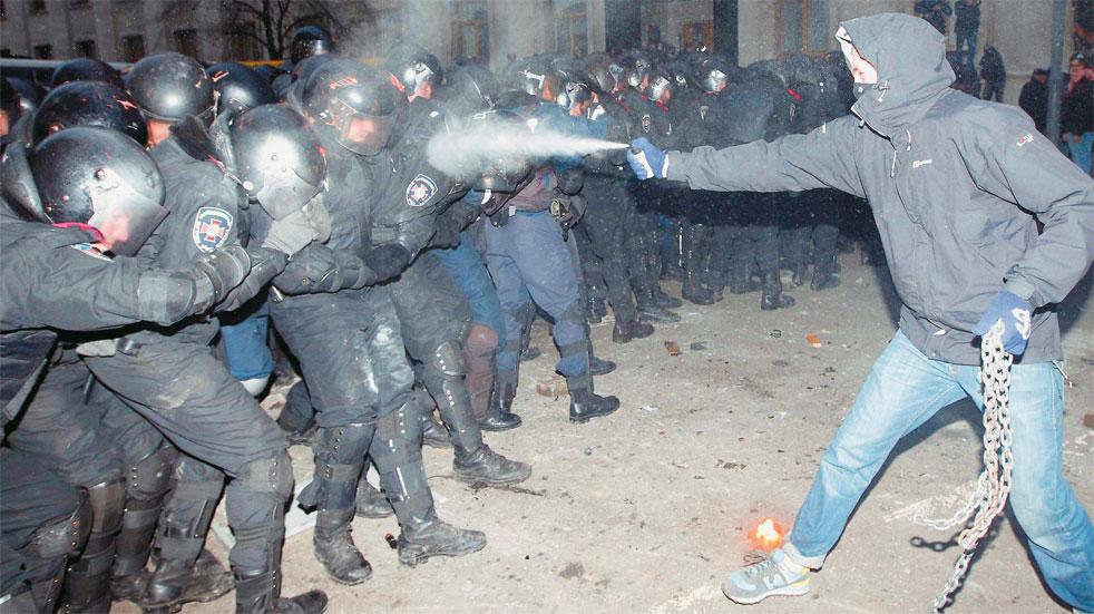 Ουκρανία: Η αστυνομία ξηλώνει τα οδοφράγματα