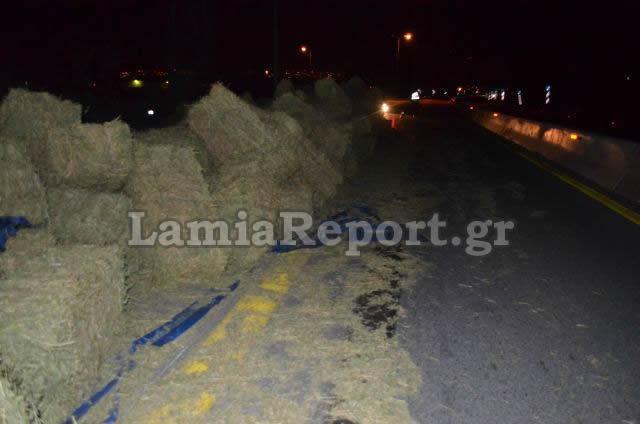 Η εθνική οδός γέμισε τριφύλλι από την ανατροπή της νταλίκας