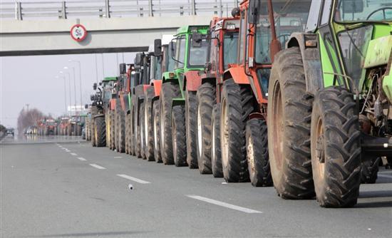 Κλείνουν την Περιφέρεια για τους αγρότες