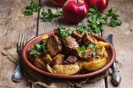 Γλυκόξινο χοιρινό με μήλα στην κατσαρόλα